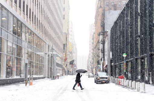 Die Warnung vor einem Blizzard in New York City ist am Dienstag aufgehoben worden. Noch keine Entwarnung gibt es hingegen für weite Teile Neuenglands inklusive der Millionenstadt Boston. http://www.stuttgarter-zeitung.de/inhalt.schneesturm-in-den-usa-blizzardwarnung-fuer-new-york-aufgehoben.2304a4e1-0d19-42b3-86d2-df8ca6bb84a7.html