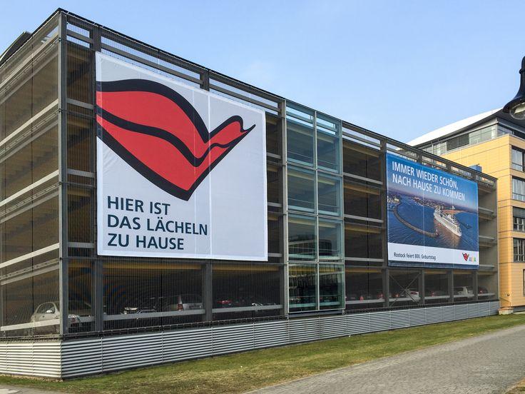 vier Banner für AIDA am Parkhaus im Stadthafen Rostock
