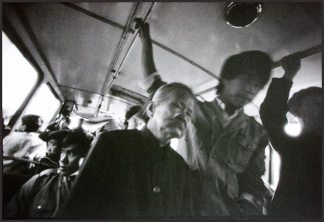 Si Mo Yi photographie sans regarder, c'est pour répondre aux autorités chinoises qui avaient stigmatisé la partialité de son regard. Mo Yi avait un mauvais œil parce qu'il avait un mauvais esprit. Ses photographies ne montraient-elles pas une société chinoise triste, apathique, à rebours de cet épanouissement social qui caractérise le communisme pour tous idéologues? Tian'anmen (1989) était tout proche. Les mêmes figures dépressives réapparaissent pourtant dans ses photographies sans…