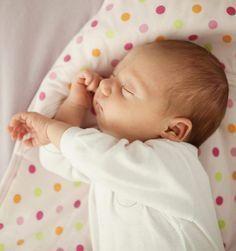 O bebê é considerado recém-nascido até o 28º dia de nascimento. Neste período, é comum mães e pais ficarem preocupados com a fragilidade e saúde de seus filhos. Por isso, reunimos 17 dicas de matérias que esclarecem assuntos que fazem parte desta nova rotina. Confira!