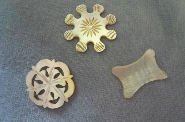 """3 x PRETTY ANTIQUE 1800 S CARVED MOTHER OF PEARL SEWING THREAD/SILK WINDERS    eBay""""Very good - one with very slight surface damage to one end £28"""