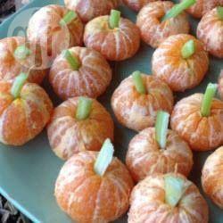 Mandarijnen worden met een stengel bleekselderij omgetoverd in mini-pompoenen, een gezonde snack voor kinderen en leuk voor een traktatie, of kinderfeestje met herfst of Halloween thema.