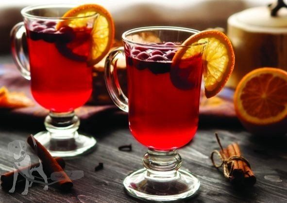 Клюквенный чай Ингредиенты: 470 г клюквы 8 стаканов воды Мед – 2 столовых ложки Сок 1 лимона 10 горошин гвоздики Палочка корицы  Приготовление:  1. В кастрюле доведите клюкву с водой до кипения. Уменьшите огонь и оставьте вариться на 30 минут. 2. Добавьте мед, сок лимона, гвоздику и корицу. 3. Выключите огонь, закройте крышкой и оставьте на час. 4. Процедите от ягод, гвоздики и клюквы. Подавайте теплым или холодным.  5. При подаче можно добавить немного меда на дно чашки.