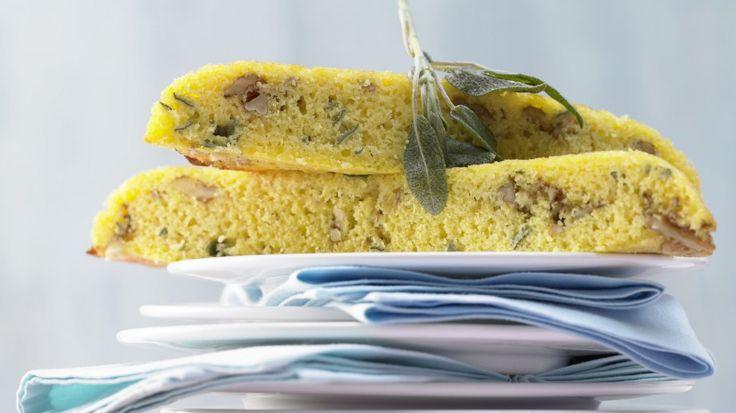 Schnelle und leichte Zubereitung: Maisbrot aus der Pfanne mit Salbei und Walnüssen | http://eatsmarter.de/rezepte/maisbrot-pfanne
