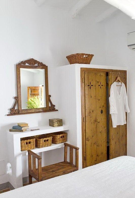Встроенные шкафы, столики и полки являются характерной чертой средиземноморского интерьера. Дополняют эффект плетеные и грубые деревянные элементы.  (средиземноморский,средиземноморский интерьер,средиземноморский дом,средиземноморский стиль,архитектура,дизайн,экстерьер,интерьер,дизайн интерьера,мебель,спальня,дизайн спальни,интерьер спальни) .