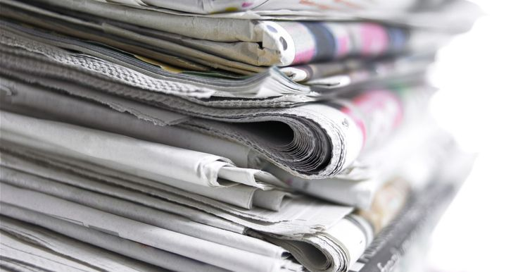 """Como fazer calçados com jornal reciclado. O jornal de ontem é o calçado de hoje. Conservação e habilidade para tornar algo econômico em chique são umas das grandes tendências do movimento """"verde"""", especialmente no ramo da moda. Usar restos de jornais é uma maneira eficiente de reaproveitar um item geralmente usado para acender lareiras como algo novo para um armário. Pegue jornais velhos ..."""