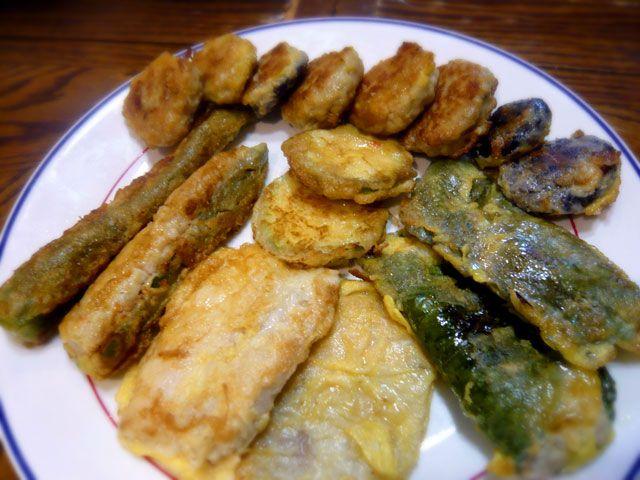 こんにちは、ミオクです。 今回は、韓国にいる母親が作ったジョンをご紹介します。 ジョンは、塩・コショウで下味をつけたお肉や魚、野菜などの食材を、 小麦粉をまぶした後、溶き卵に通し、フライパンで焼いた料理です。 チジミ同様、普段から家庭でよく食べられますが、 今回ご紹介するジョンは、お盆の時に必ず作るジョンです。 お豆腐とひき肉をベースに作った団子を、 胡麻の葉で巻いたり椎茸で挟んだりした…