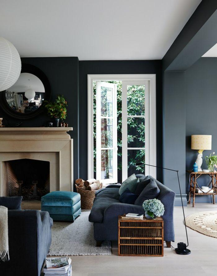 Blaues Sofa Kamin Heller Teppich Beistelltisch Dunkle Wnde