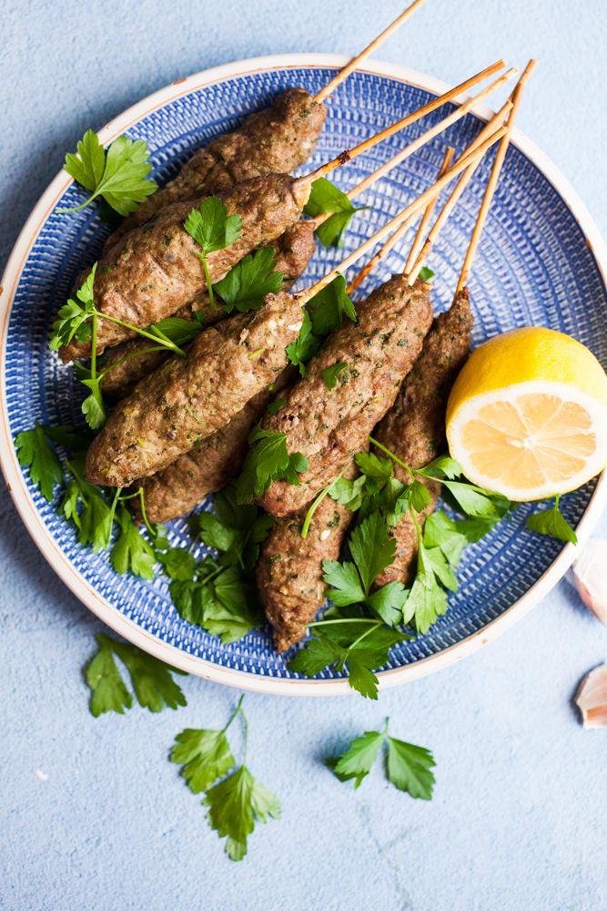Äntligen är det fredag och idag tänkte jag passa på att bjuda er på ett himla gott recept som passar perfekt såhär till fredagsmyset. Nämligen Shish Kebab. Jag har ju gjort kebab som man hyvlar men det tar ju lite tid och det är ju kul att kunna variera sig. Små fina kebabspett gör man enkelt