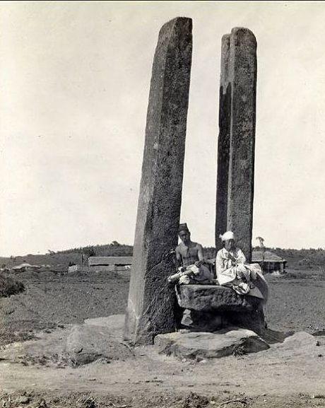 당간지주에 앉아 휴식을 취하는 두 사람(1914년)