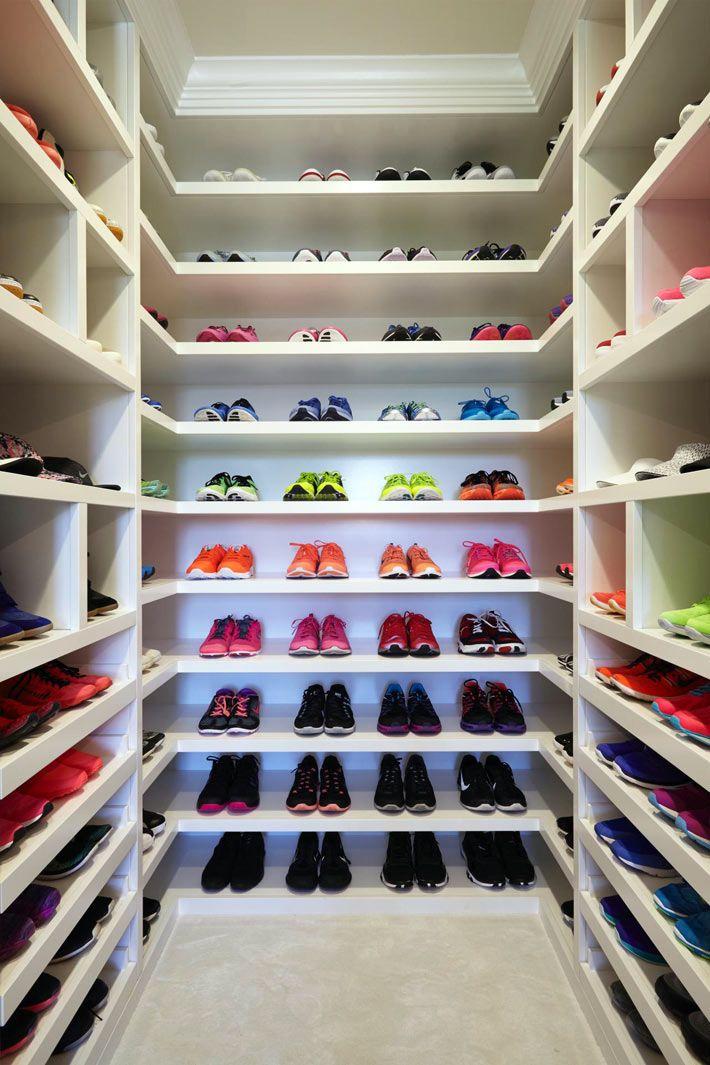 Отдельная комната для стеллажей с обувью в доме