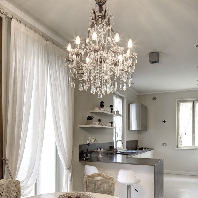 Il lampadario Maria Teresa è un grande classico dell'illuminazione in cristallo, con gli arredi della foto crea un originale abbinamento di stili che dà carattere all'ambiente.  Maria Theresa chandelier is a classic crystal lighting product, an original combination of styles to give personality to the room.  #Mariateresachandelier #crystallighting #luxurylighting