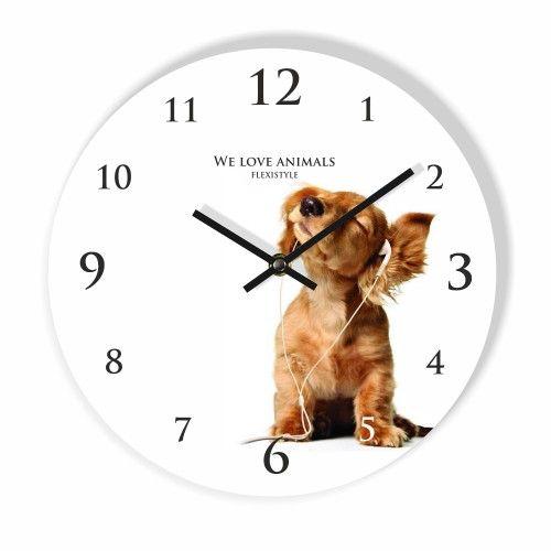 Bile hodiny na stenu so psíkom