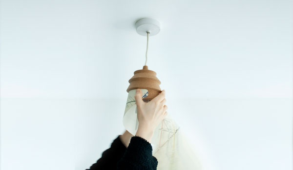 This hanging lamp consists of a cork outer shell to which one or more ultra resistant tyvek® paper shades are fastened. You have the last word on how Pinha looks, by choosing the shade(s) from among different shapes and drawings available.    Function-wise, you can also decide on the direction and range of the light, according to where the shade is pinned. Cork's low thermal and electrical conductivity ensures that you can handle the lamp's shell in perfect safety.