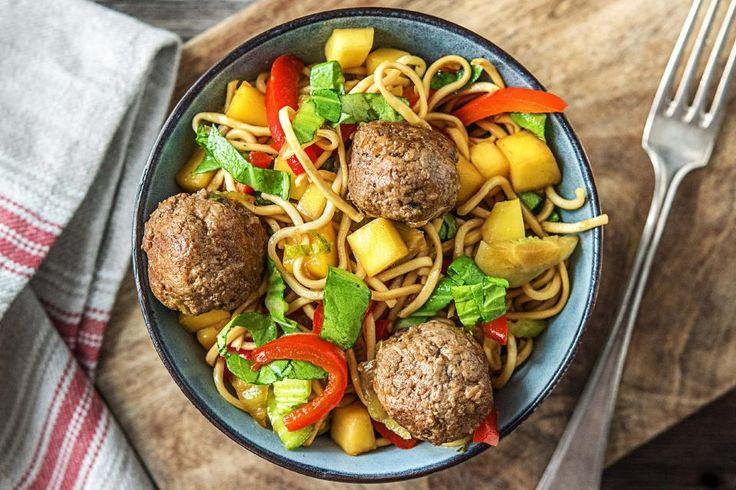 Deze keer geen gehaktballetjes met spaghetti in rode saus, maar met noedels in een zoete sojasaus. De gehaktballetjes zijn op smaak gebracht met oosterse kruiden. Een Aziatische versie van een Italiaans gerecht!