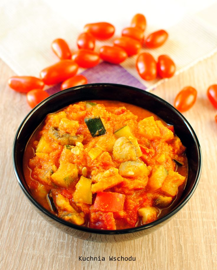 Pomidorowe curry warzywne (z cukinią, papryką i pieczarkami)  Składniki (na 3 porcje):  1 łyżeczka oleju kokosowego (stężałego) lub 1 łyżka oleju roślinnego 1 cebula 1 marchewka 8 małych pieczarek 2 ząbki czosnku kawałek (2 cm) imbiru szczypta mielonej kolendry lub kilka ziarenek roztartych w moździerzu pół łyżeczki kurkumy 1 łyżeczka pieprzu cayenne lub chili 1 łyżeczka czerwonej lub zielonej pasty curry 1 średniej wielkości cukinia 1 średniej wielkości czerwona papryka 5 dojrzałych…