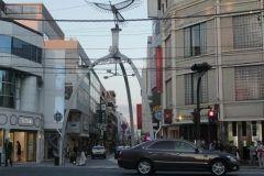横浜元町商店街あらためてジブリ猫の恩返しの舞台だったと気が付きました 主人公がふとっちょ猫に出会う場所シーンのモデルなんですって(_;)ご存知でしたか 元町ショッピングストリート元町商店街はお洒落なお店が集まるスポットなので街ブラだけでも楽しめます またこのシンボルのモニュメントが大好きですフェニックスなんですよね クリスマスシーズンはイルミネーションも綺麗ですよ ぜひ横浜元町商店街に遊びに行ってみてね  tags[神奈川県]