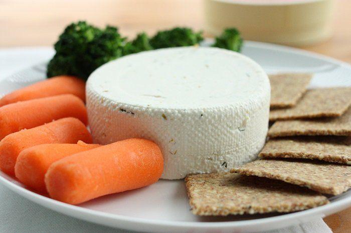 Cómo hacer un queso crema de almendras totalmente natural: almendras crudas, jugo de limón, aceite de oliva, ajo, sal marina, agua fría, hierbas.