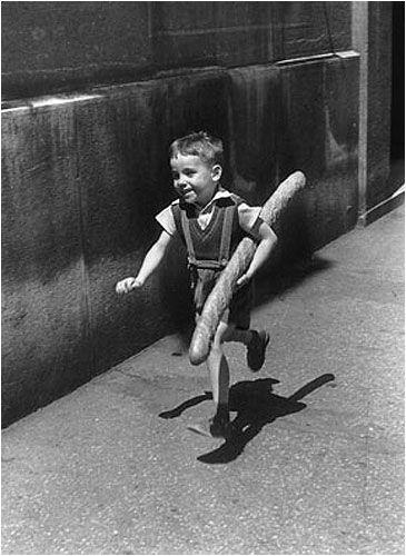 Un garçon avec sa baguette, Paris, 1952. http://deejank.com/blog/wp-content/uploads/2011/01/Willy-Ronis-Paris1952_baguette-boy.jpg no Google