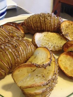 Snijdt hele aardappelen bijna helemaal door in plakjes, zodat de plakjes allemaal nog aan de onderkant van de aardappel zijn bevestigd. Druppel met olijfolie en uw favorieten aardappel kruiden. Bak ongeveer 40 minuten bij 220 graden celsius .. ... en voila! Geweldig Gebakken Aardappelplakken. Evt parmezaanse kaas erover