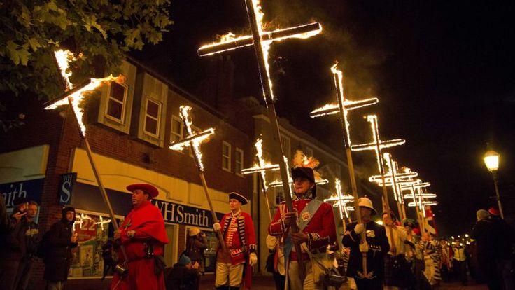 Des membres de sociétés protestantes paradaient la nuit dernière dans les rues de Lewes, dans le Sud de l'Angleterre, à l'occasion de la «Bonfire night», portant 17 croix en feu en souvenir de 17 martyrs protestants qui avaient été brûlés vifs dans la rue principale de la ville entre 1555 et 1557, sous le règne de Mary Tudor. Les participants ont ensuite brûlé publiquement une effigie représentant le rebelle catholique Guy Fawkes.