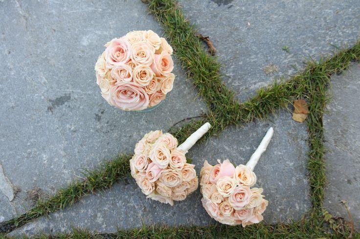 Pearl Avalanche og grenrosebuketter til brudepikene // Pearl Avalanche and spray roses for the bridesmaids