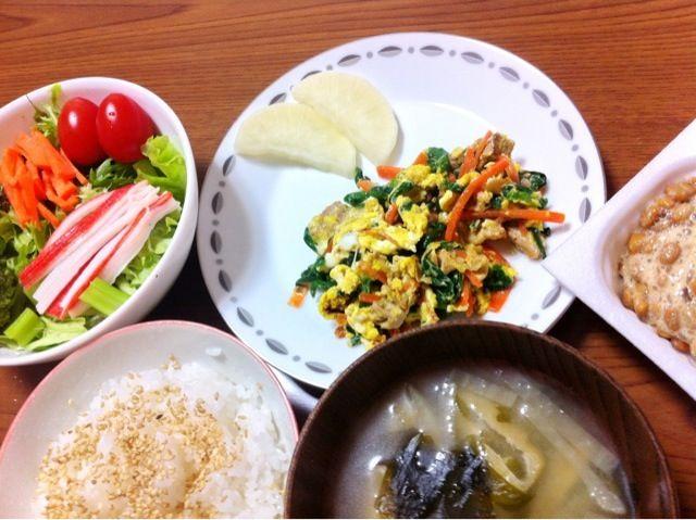 なるべくヘルシーに…… - 3件のもぐもぐ - 豚肉とニラと人参の中華炒め卵とじ、サラダ等 by さとりん