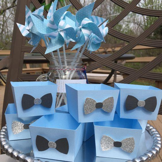 Cajas decoradas con moños de goma eva para baby shower - https://manualidadesparababyshower.net/cajas-decoradas-con-monos-de-goma-eva-para-baby-shower/