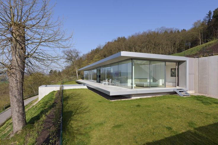 Turingia. Alemania. Un diseño neto y claro efectivizado a partir de los materiales paradigmáticos de la arquitectura moderna fue la elección de Paul de Ruiter Arquitectos para construir esta mansión sostenible que concede protagonismo al entorno.