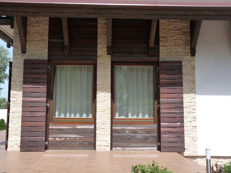 ablak, rusztikus külső falburkolattal és spalettával