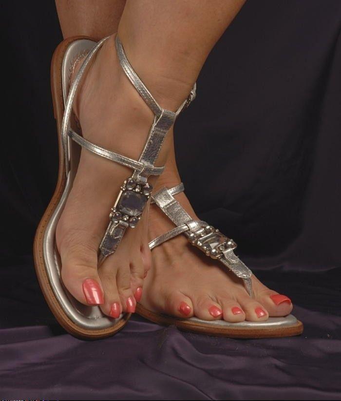 Скованные женские ступни — img 4