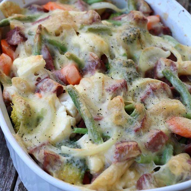 Pølsegrateng med pasta og grønnsaker er morgendagens middagstips på vekemenyen😃 spesielt perfekt til småbarnsfamilier👏🏻 oppskrift: http://www.lindastuhaug.no/2017/01/17/polsegrateng-pasta-gronnsaker/