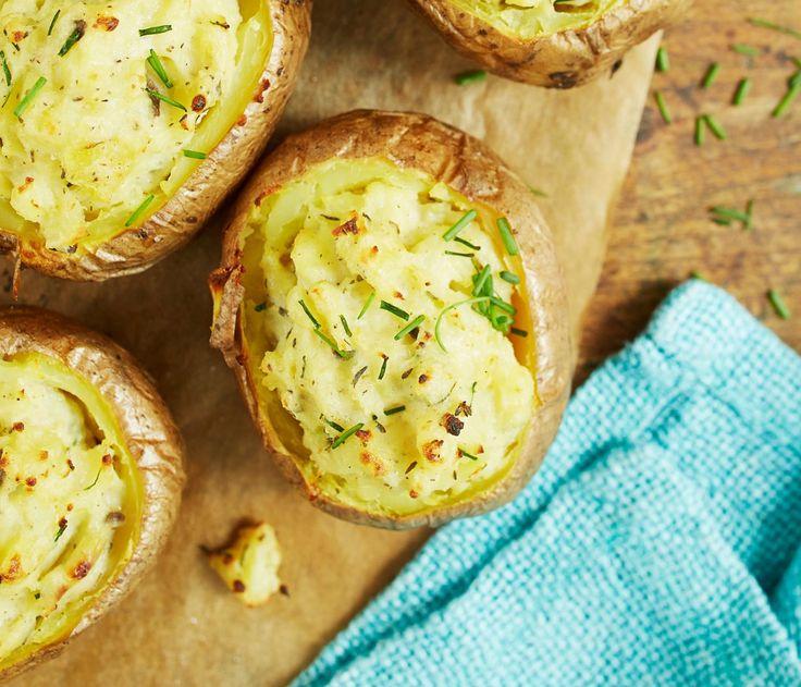 Koverra uuniperuna ja lusikoi sisään maustettua ranskankermaa ja ruohosipulia.