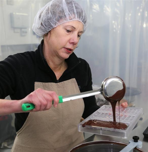 ocho_chocolate_maker_liz_rowe_pours_chocolate_into_539fdf5406.JPG (585×600)