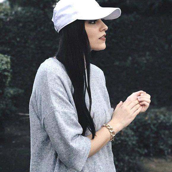 Sweat gris manches longueur coude + casquette blanche + bracelet doré chaîne >> http://www.taaora.fr/blog/post/tenue-sweat-gris-casquette-blanche-bracelet-chaine-gros-maillons #look #streetstyle #outfit