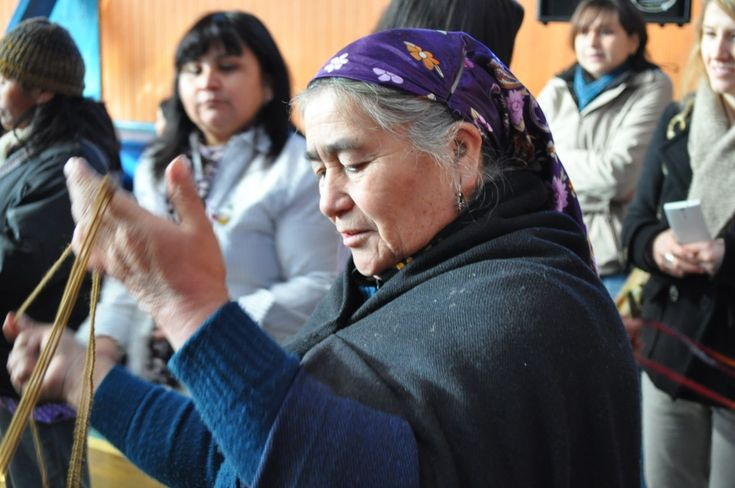 Mapuche woman spinning yarn // Wallontu Witral // Foto del día // missionmapuche.org #mapuche #chile