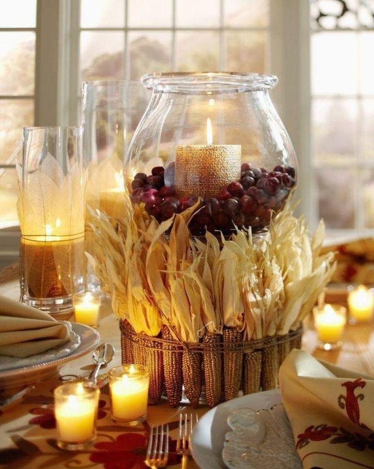 Windlicht mit Beeren befüllt und mit Maiskolben umgeben