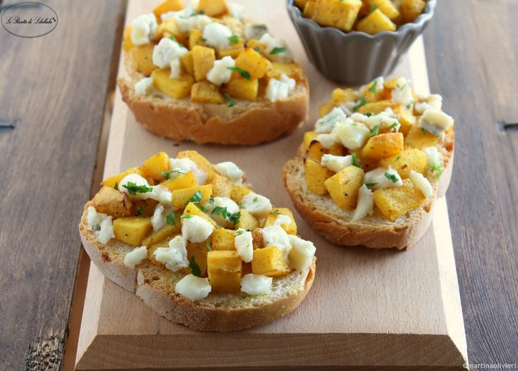 I crostini zucca e gorgonzola sono ideali per un buffet o antipasto. Deliziosi e belli da vedere, saranno apprezzati da tutti.