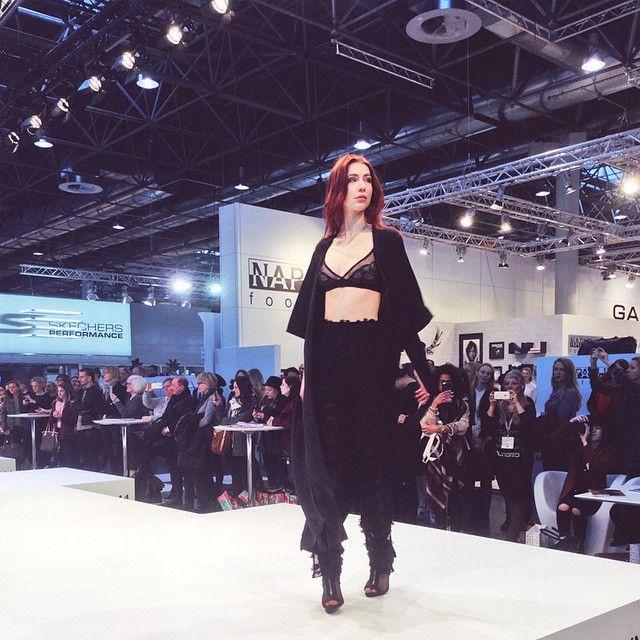 Endlich ist der Beitrag plus Bewegtbild zur @gds_shoefair online auf www.elisazunder.de  #globaldestinationforshoesandaccessories #gds #fbc #fbc_styleranking #styleranking #fashion #alice #testimonial #event #fashionblog #fashionblogger #düsseldorf #unterwegs #shoes #jewels #elisazunder #zunderblog #zunder #follow #instadaily #daily #photooftheday