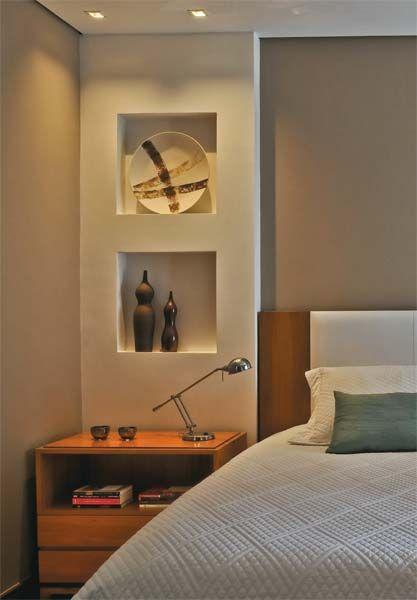Pintadas de branco acrílico fosco, as colunas camuflam a fiação das novas tomadas, das dicroicas – embutidas em nichos de 50 x 50 cm – e do interruptor junto à cama.