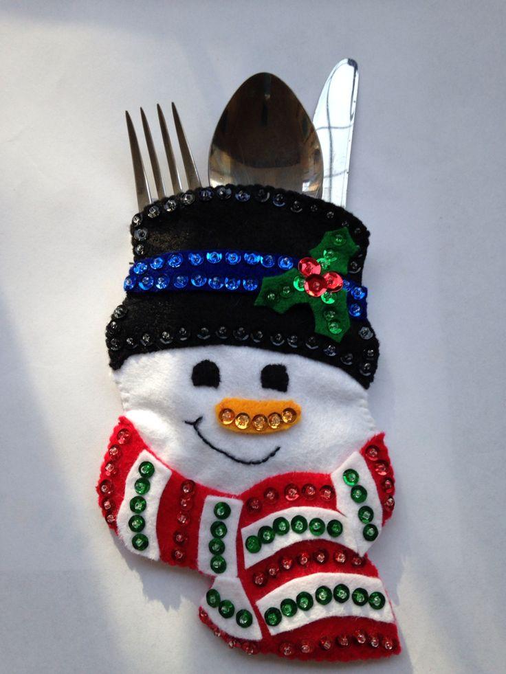 Add a little fun to the festive season with a set of four novelty sparkly Christmas cutlery holders shaped as Snowman. Perfect for all ages to bring a bit of festive fun to the Christmas table. Dimensions: 16cm x 10cm (Height x Width) - Most standard sized cutlery should fit into this design.
