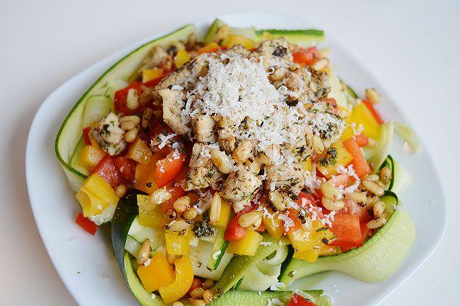 paprika salade met kipfilet en pijnboompitten