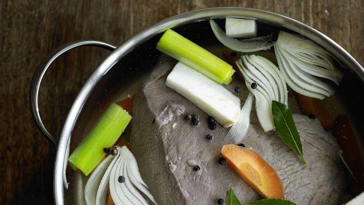 Klassiker für die kalte Jahreszeit. Der Sud ergibt eine schmackhafte Suppe. Fleisch mit Suppengemüse anrichten und herb-pikanten Meerrettichschaum dazuservieren.