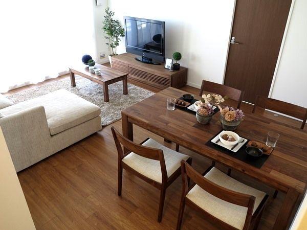 ウォールナット無垢材の家具で統一したLD空間