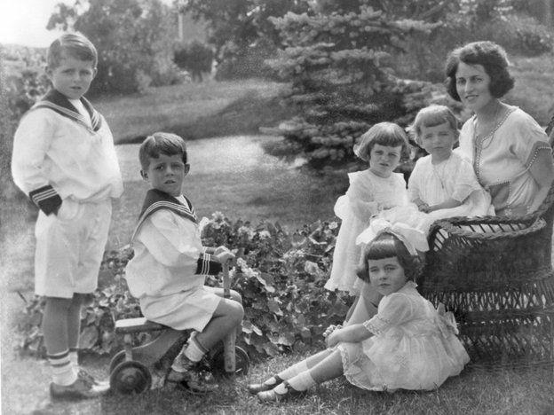 ジョセフ・P・ケネディ・ジュニア(Joseph P Kennedy Jr.)、ジョン・F・ケネディ(John F Kennedy)、キャスリーン・ケネディ(Kathleen Kennedy)、ローズマリー・ケネディ(Rose Marie Kennedy)、ユーニス・ケネディ(Eunice Kennedy)、ローズ・ケネディ(Rose Kennedy)