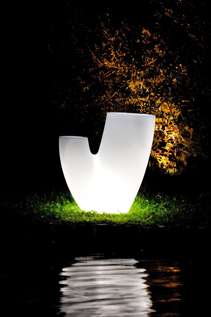 Essentiality fills with light and materialises in Mirage Lamp, a bright vase that is the synthesis of simplicity and beauty.