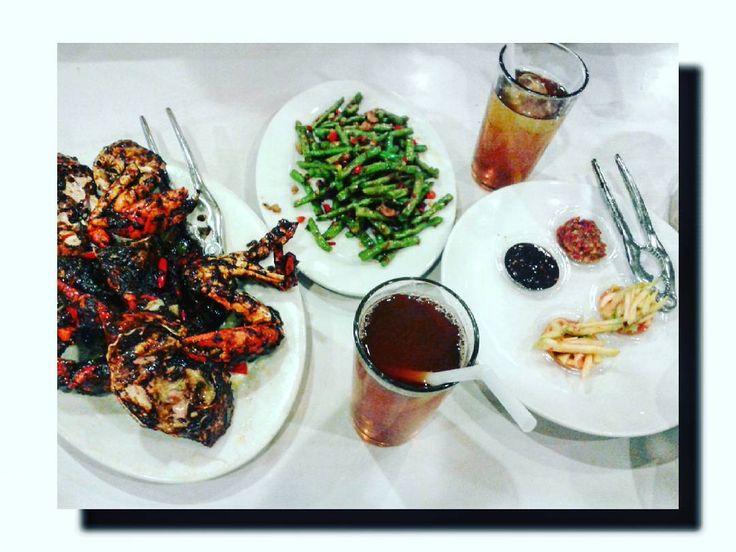 Sudah..sudah ..lupakan yang sudah sudah...hajar yang di depan mata, jangan sampai dicubit kepitingnya.. Makan sore menuju malam #eat #eating #food #foodphotos #foodphoto #foodphotography #enjoy #enjoylife #kepitingladahitam #kepiting
