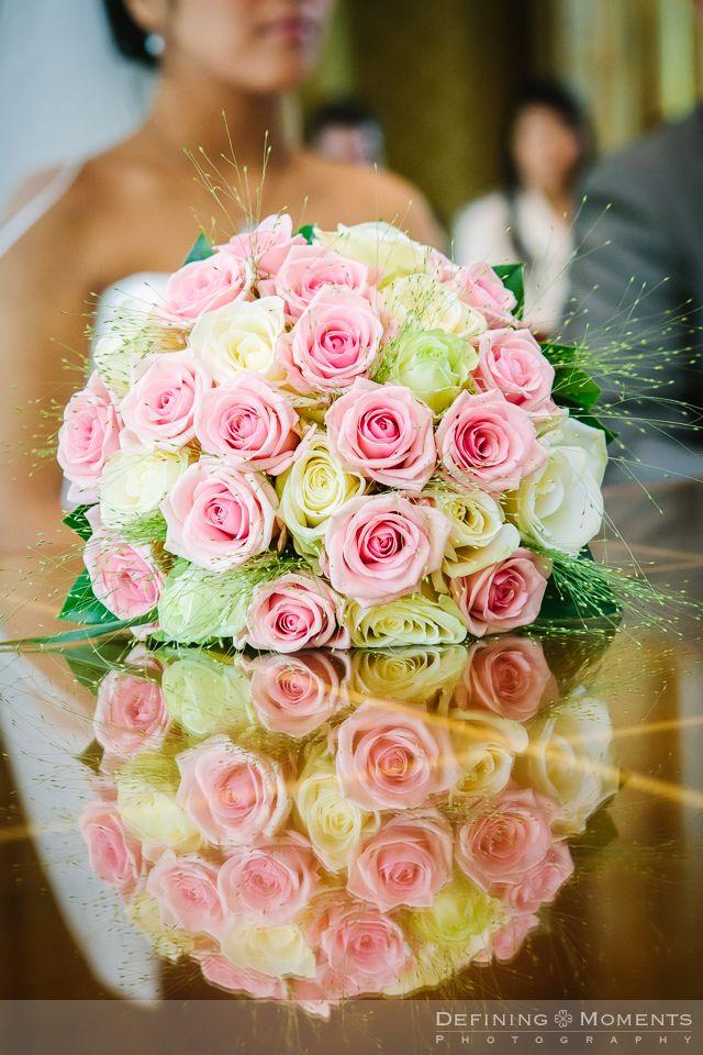 Bruidsboeket met zachtroze, zachtgele en witte rozen.