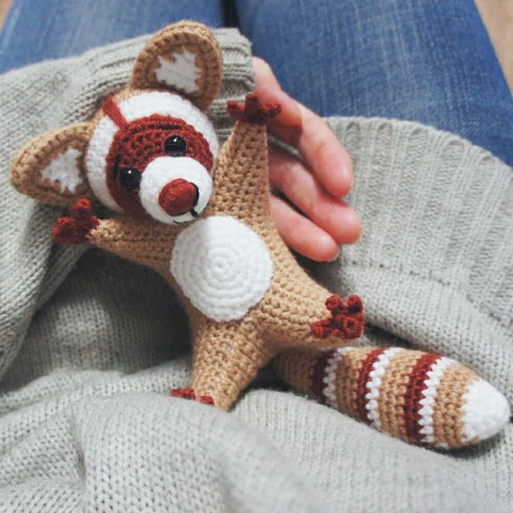 Make a heart-warming gift for your loved one, crochet a funny raccoon using this free Raccoon Amigurumi Pattern!