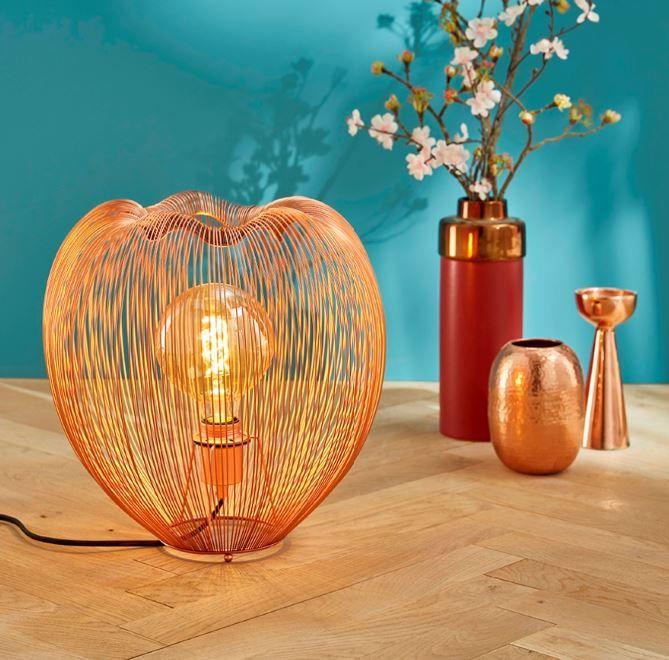 Cette lampe filaire cuivrée joue la carte de l'originalité et du glamour ! Dans la chambre ou le salon, c'est sûr, elle fera sensation... / Castorama #luminaires #lampe à poser #lampefilaire #lampecuivre